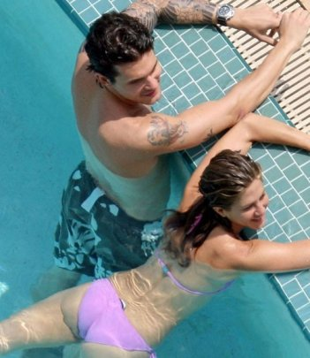 Jennifer Aniston e John Mayer si rilassano in piscina.
