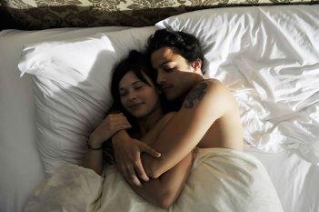 Anna Fischer e Kostja Ullmann in un'immagine romantica del film Groupies bleiben nicht zum Frühstück