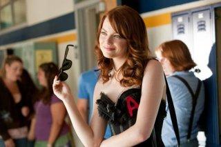 Emma Stone esibisce una vistosa 'lettera scarlatta' nel film Easy A