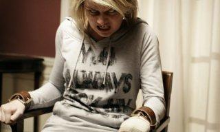 Sophie Vavasseur in una scena significativa dell'horror Exorcismus