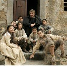 Gigi Proietti circodato da bambini in una scena della fiction Rai Preferisco il Paradiso
