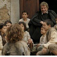 Gigi Proietti circodato da bambini nella fiction Rai Preferisco il Paradiso