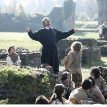 Gigi Proietti è San Filippo Neri in un momento della fiction Rai Preferisco il Paradiso