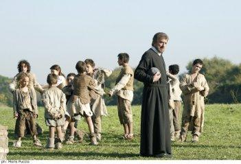 Gigi Proietti è San Filippo Neri in una scena della fiction Rai Preferisco il Paradiso