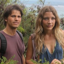 Jason Ritter e Sarah Roemer in una scena del pilot di The Event