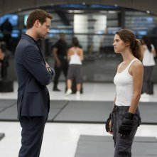 Lyndsy Fonseca e Shane West in una scena dell'episodio 2.0 di Nikita
