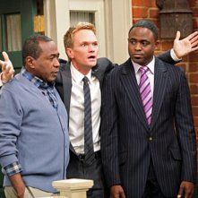 Ben Vereen, Neil Patrick Harris e Wayne Brady in una scena dell'episodio Cleaning House di How I Met Your Mother