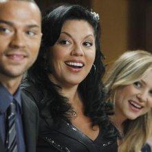 Jesse Williams, Sara Ramirez e Jessica Capshaw nell'episodio Shock to the System di Grey's Anatomy
