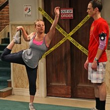 Kaley Cuoco e Jim Parsons in una scena dell'episodio The Cruciferous Vegetable Amplification di The Big Bang Theory