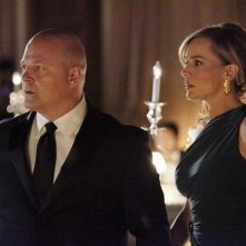 Michael Chiklis e Julie Benz in una scena dell'episodio No Ordinary Ring di No Ordinary Family