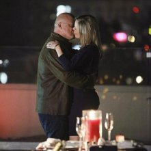 Michael Chiklis e Julie Benz nell'episodio No Ordinary Ring di No Ordinary Family