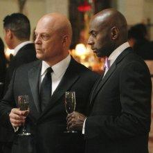 Michael Chiklis e Romany Malco nell'episodio No Ordinary Ring di No Ordinary Family