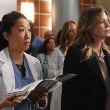 Sandra Oh ed Ellen Pompeo in una scena dell'episodio With You I'm Born Again di Grey's Anatomy