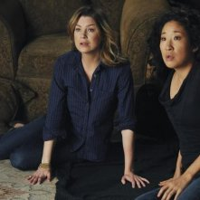 Sandra Oh ed Ellen Pompeo nell'episodio Shock to the System di Grey's Anatomy