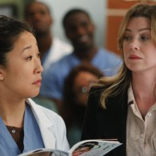Sandra Oh ed Ellen Pompeo nell'episodio With You I'm Born Again di Grey's Anatomy