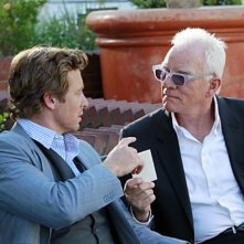 Simon Baker con  la guest star Malcolm McDowell nell'episodio The Blood On His Hands di The Mentalist