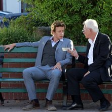 Simon Baker e la guest star Malcolm McDowell nell'episodio The Blood On His Hands di The Mentalist
