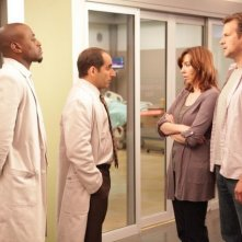 Stephanie Courtney, Dwier Brown, Peter Jacobson ed Omar Epps nell'episodio Selfish di Dr House