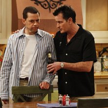Jon Cryer e Charlie Sheen nell'episodio Three Girls and a Guy Named Bud di Due uomini e mezzo