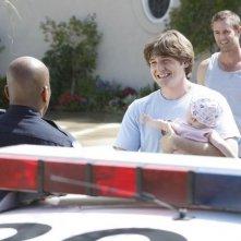 Lucas Neff e Garret Dillahunt in una scena dell'episodio Dead Tooth della serie Raising Hope