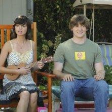 Lucas Neff e Kate Micucci in una scena dell'episodio Dead Tooth della serie Raising Hope