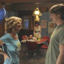 Lucas Neff e Martha Plimpton in una scena dell'episodio Dead Tooth della serie Raising Hope