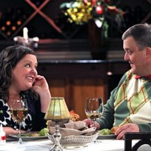 Billy Gardell e Melissa McCarthy in un momento dell'episodio First Date di Mike and Molly