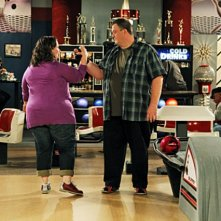 Billy Gardell e Melissa McCarthy in una scena dell'episodio First Kiss di Mike and Molly