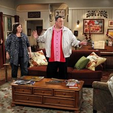 Billy Gardell, Melissa McCarthy, Swoosie Kurtz e Katy Mixon nell'episodio First Kiss di Mike and Molly