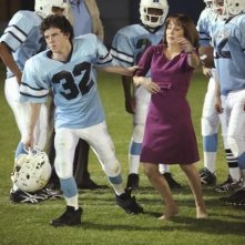 Charlie McDermott e Patricia Heaton nell'episodio Homecoming di The Middle