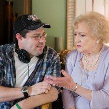 Il regista Andy Fickman con l'attrice Betty White sul set del film You Again