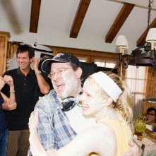 Il regista Andy Fickman si diverte con l'attrice Kristen Bell sul set del film You Again