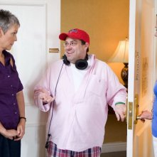 Il regista Andy Fickman tra Jamie Lee Curtis e Sigourney Weaver sul set del film You Again