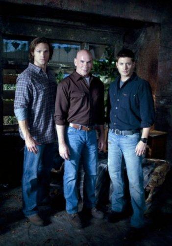 Jensen Ackles, Mitch Pileggi e Jared Padalecki in una foto dell'episodio Exile on Main Street di Supernatural