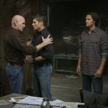 Jensen Ackles, Mitch Pileggi e Jared Padalecki in una scena dell'episodio Exile on Main Street di Supernatural