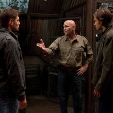 Jensen Ackles, Mitch Pileggi e Jared Padalecki nell'episodio Two and a Half Men di Supernatural