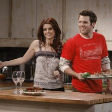 Joanna Garcia e Jake Lacy nell'episodio Better with Firehouse di Better with You