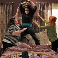 Melissa McCarthy, Swoosie Kurtz e Katy Mixon nell'episodio First Kiss di Mike and Molly