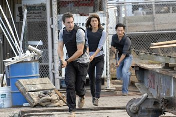 Alex O'Loughlin, Grace Park e Daniel Dae Kim nell'episodio Malama Ka Anna di Hawaii Five-0