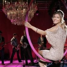 AnnaLynne McCord e, sullo sfondo, The Honey Brothers nell'episodio Age of Inheritance di 90210