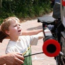 Il piccolo Maxwell Perry Cotton gioca sul set del film Like Dandelion Dust