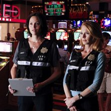 Marg Helgenberger e Jorja Fox in una scena dell'episodio Pool Shark di CSI