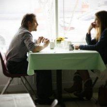 Mira Sorvino e Barry Pepper in una sequenza del film Like Dandelion Dust