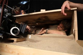 Ryan Reynolds durante le complesse riprese del film Buried diretto da Rodrigo Cortéz