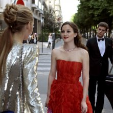 Serena (Blake Lively), Blair (Leighton Meester) e Louis (guest star Hugo Becker) nell'episodio Double Identity di Gossip Girl