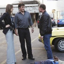Stana Katic, Nathan Fillion, Jason Beghe e Keith Robinson nell'episodio Under The Gun di Castle