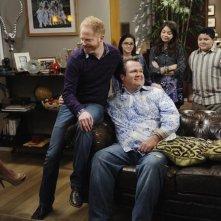 Jesse Tyler Ferguson ed Eric Stonestreet nell'episodio The Kiss di Modern Family