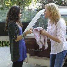 Julie Bowen e Sarah Hyland nell'episodio Old Wagon di Modern Family