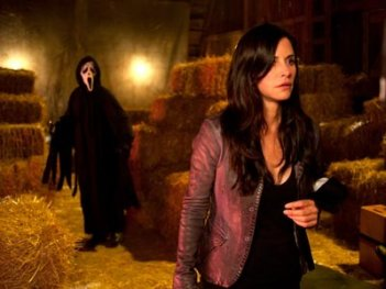 Nella prima foto ufficiale di Scream 4 il killer minaccia Courteney Cox