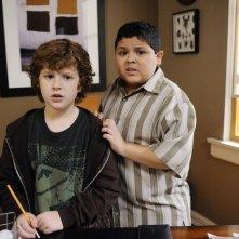 Nolan Gould e Rico Rodriguez nell'episodio The Kiss di Modern Family